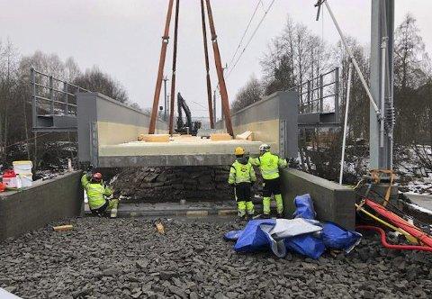NY BRU: 178 tonn ny jernbanebru ble heist nøyaktig på plass over Sæteråa søndag ettermiddag. Voldsomme dimensjoner, men samtidig måtte løftet gjennomføres med millimeterpresisjon.