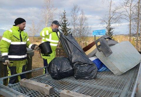 LITT AV HVERT: Det er litt av hvert i søppelsekkene som fulgte med på lasset.