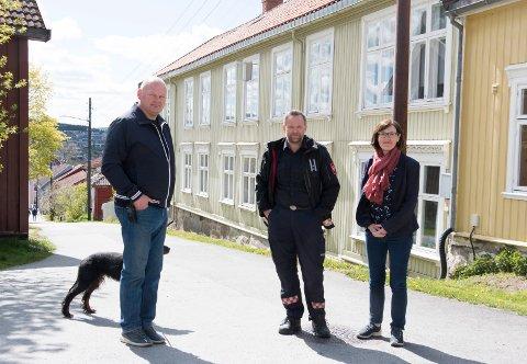 TREHUSBEBYGGELSE: Branntilløp i den tette trehusbebyggelsen i Øvrebyen er et mareritt-scenario, fastslår Ronny Ruud (fra venstre), styremedlem i Øvrebyen vel, Per Harald Bekken, leder for forebyggende arbeid i Glåmdal brannvesen (GBI)  og Inger Noer, leder i komité for miljø og samfunn.