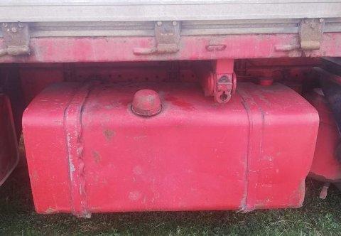 Lastebilene på gården fikk ikke stå i fred lenge før tankene var tømt.