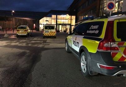 DRAMATISK: Tre politibiler var på stedet fredag kveld.