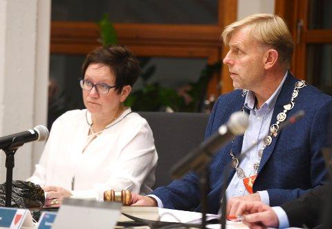 Ordfører i Vågå, Harald Sve Bjørndal (BL) mener Sel og Vågå kan bli bra. Etter påske starter forhandlingene. Her med varaordfører Live Langøygard (Ap).