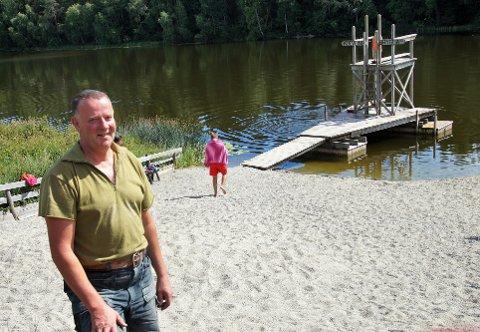 EGEN STRAND: Øystein Vatne har laget sin egen lille sandstrand ved Kjevlingen på Grindvoll.