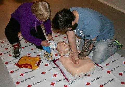 I AKSJON: To kursdeltagere øver på hjertekompresjoner.