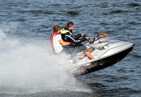 TIL SOMMEREN: Rådmannen vil behandle vannskutere som småbåter, men fartsgrensa blir fem knop.