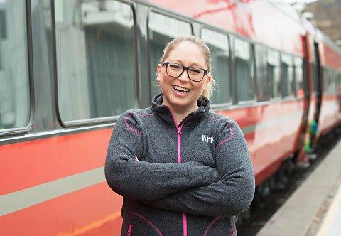 FRA NRK ØSTFOLD: Lotte Olsen Jessa er programleder for NRKs Sommertoget fra Vennesla til Halden.