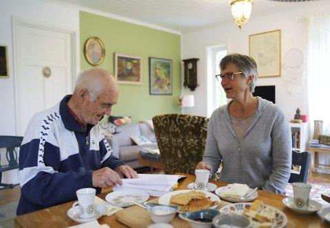 STØTTESPILLER: Pappa Finn Eng (87) er en viktig støtte for datteren Heidi i hverdagen. Her koser de seg med kaffe og vafler i eneboligen hennes ute på Søndre Sandøy.