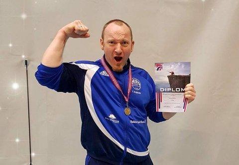 JUBEL: Thomas Puzicha var nestor for NM-laget fra Halden Styrkeidrettslag. Han tok selv bronsemedalje.
