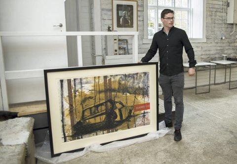 SPENT: Håkon Samuelsen på Hamar Sagbladfabrikk med Kjell Nupens «Hjemsted». Fire store kunstnere blir stående i galleriet ut august.