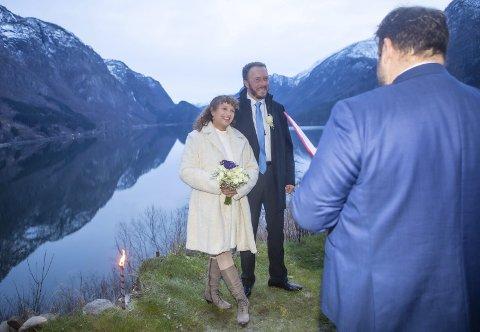 UTE: Roald Aga Haug via Magnhild Salvesen og Svein Miljeteig ute. No håpar han at fleire par vil gjera det same.F