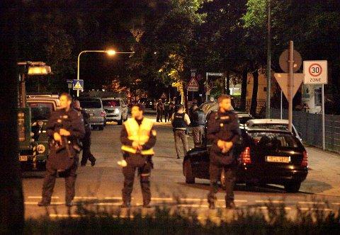 Væpnet politi holder vakt i en gate etter skyteepisoden som kostet ni mennesker livet. Foto: Christian Mang / Reuters / NTB scanpix