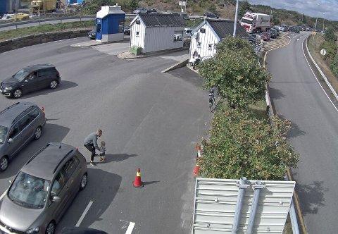 Litt før klokken 16 var det fullt på oppstillingsplassen i Arsvågen. Samtidig begynte det å danne seg kø utenfor.
