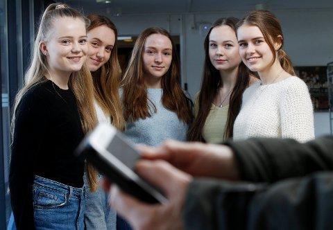 UTEN: 1. klassinger ved Skeisvang videregående testet det å være uten sosiale medier i én uke.  Fra venstre: Ihne Klovning, Marie Breistein, Emilie Bergstøl, Ronja Johnstad Knutzen og Rebecca Moss Johannessen.