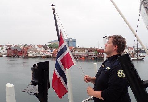 Overstyrmann Preben Andre Pettersen på «Bergen Kreds» firte flagget til halv stang lørdag.