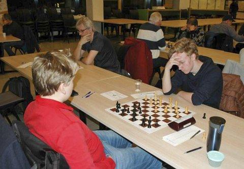 GOD START: Sondre Pedersen (t.h.) vant i første runde mot Håkon Wilhem Larsen fra Bodø. Det sto lenge likt, men Sondre klarte å legge press på sin motstander og avgjorde partiet.  FOTO : TORGER NILSEN