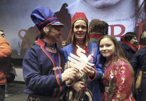 Med prisen: Tom Kappfjell, Katarina Blind (midten) og Mie Sparrok holdt «Dragon award», som filmen ble tildelt under filmfestivalen i Göteborg.