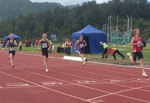Atle Skundberg (i indre bane) ga de eldre og langt mer erfarne løperne kamp til døra under helgas junior-NM i Harstad.