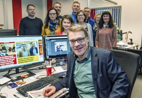 FRAMOVERLENT: Sjefredaktør og administrerende direktør Geir Arne Glad i Helgelendingen. Avisa fyller 90 år 31. oktober, og Geir Arne Glad ser på den digitale framtida samtidig som han holder et godt grep på papiravisa.