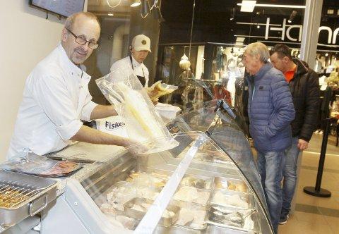 FRA VÆRØY: Rolf Skjærvold har holdt på med fiskebutikk siden 1993. Lutefisken henter han fra Værøy. Her er han på butikken i Mosjøen. Foto: Per Vikan