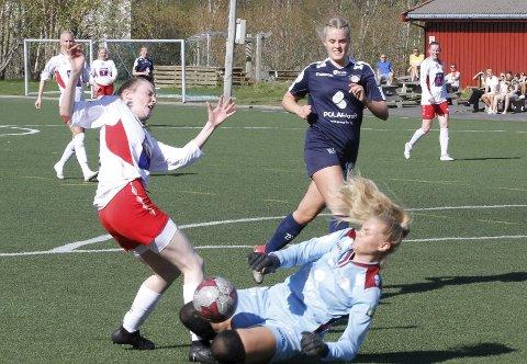 STRAFFESPARK: Emile Wiik har brutt gjennom forsvaret til Grand og blir taklet av keeper Karoline Svendsen hos Grand. Rikke B. Nielsen satte straffen til 1-1, men Halsøy fikk sitt første tap.Foto: Per Vikan