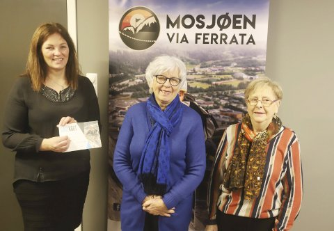 ZIPLINE: Merethe Kvandal (t.v.) gir bort zipline-opplevelser til en verdi av 10.000 kroner til Ellinor Saue og Laura Olsen i Mosjøen sanitetsforening.