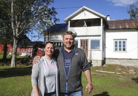 ARBEIDET I GANG: Ove Johnny Bjørnsti og Ellinor Flaa har kjøpt gården på Sjåmoen, og nå har arbeidet med full renovering av våningshuset startet. Ny grunnmur er på plass, og de har startet innvendig i huset. Foto: Per Vikan