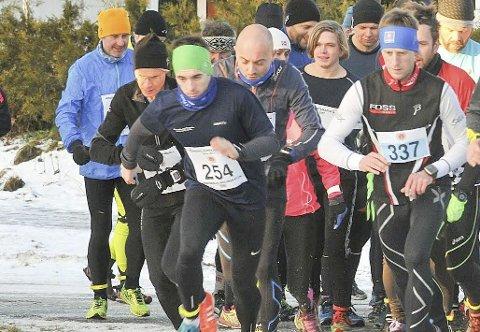 FULL FART: Mathias Oppegaard (startnr. 254) og Glenn  Røisgaard (startnr. 337) Hadde et jevnt nappetak om seieren i lørdagens vinterkarusell på Bjørkelangen. Foto: Øivind Eriksen