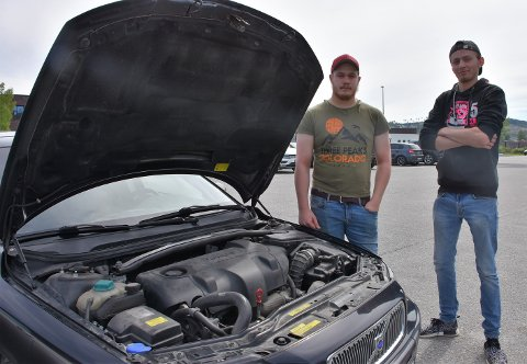 Emanuel Heimdal (t.h.) og Alexander Svensson er behjelpelige med både hjulskift og oljeskift.
