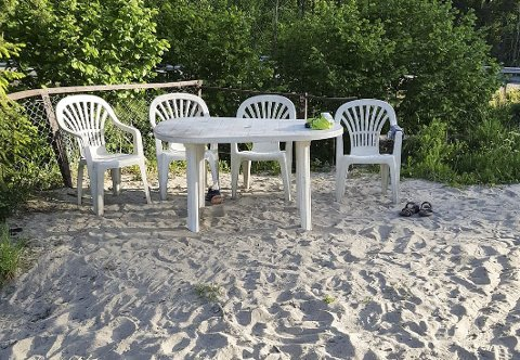 SLIK VAR DET: 1. juni var strandmøblene ved Tømmeråstjernet på plass, tilgjengelig for alle. Foto: privat