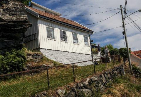 Hannas hus i Smedsbuktveien 32. Ved ingangen står Trond og Karin Berg.