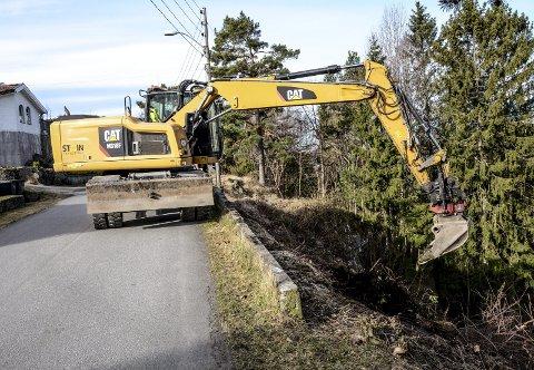 I arbeid: Store maskiner fra firmaet Steintransport henter opp nytt og gammel hageavfall som er kastet ned skråningene fra Bergmesterveien i Bekkedalen mot Studsdalen.
