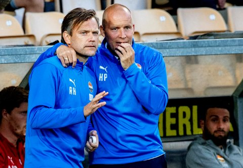 Strømsgodset sin hovudtrenar Henrik Pedersen (t.h) og assistenttrenar Ronny Holmedal (t.v) skil lag. Her frå ein kamp mot Lillestrøm i 2019.