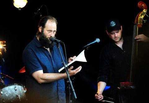 VELLYKKET: Poesi og jazzfestival kan gå hånd i hånd. Det viste i allefall Stein Torleif Bjella og bandet i bakgården til Christians kjeller fredag.