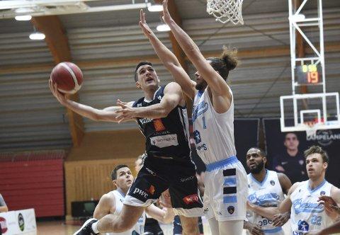 NORGES BESTE: Juan Ferrales (t.v.) og Kongsberg Miners er Norges beste basketlag. Minerstrener Stein Erik Rotegård kunne tenke seg en superfinale hvor de beste lagene i Norden møttes.FOTO: OLE JOHN HOSTVEDT