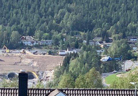 Helikopteret fløy lavt sørover Lågen for inspeksjon av Glitre Energis strømlinjer.