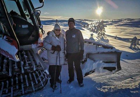 JULEGAVE: Annelise Svendby ble kjempeglad for gaven hun fikk til jul. Her med Rolf Erik Storebaug i Fagerfjell skisenter.
