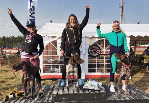 FØRSTEPLASS: Aslaug Håvardsrud  tok gull i snøresykkel med hund i NM i Trondheim denne helgen. Foto: Privat