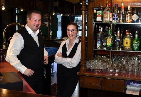 Vil ha utekonsert: Henrik Fundingsland , som driver Gamle Norge pub, ønsker å ha et utearrangement for maks 200 personer i uke 27. Han venter spent på svaret fra kommunen. Her sammen med barsjef Mari Evjen Jørstad (bildet er tatt i en annen anledning)