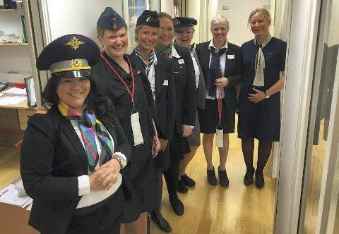 The crew: Da Hennummarka skole arrangerte English day 28. april, stilte flere lærere som flyvertinner, og elevene fikk dra med «fly» fra gymsalen til ulike britiske «byer» – i ulike klasserom på skolen. Foto: Hennummarka skole