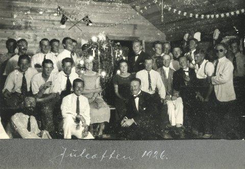 JUL PÅ GALAPAGOS: Stivpyntet og i festhumør gjør den norske kolonien på Galapagos seg klar til julefeiring i 1926. Thorolf Østmoen fra Lierstranda sitter i dress foran til høyre. Bilde utlånt av Stein Hoff