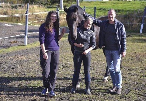 Hestterapi: Jenny Fimland (tv), Marie Christoffersen og Sveinung Skarset arbeider for at hesten skal være sentral i arbeidet innen psykisk helsevern.  begge foto: John-Arne Storhaug