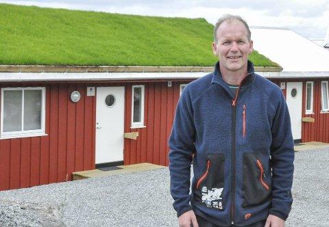 Utvikling: Kristian Bøe og Guri Jentoft ved Hattvika Lodge har det siste året sett en utvikling de ikke kunne forutse. De har hatt fire internasjonale besøk som har landet på Evenes med privatfly, og de har fått flere bookinger langt fram i tid. Foto: Synne Mauseth