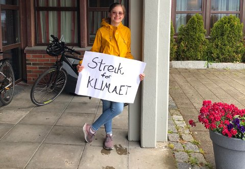 Ella R. Åland streiker utenfor rådhuset på Vestvågøy hver måned.