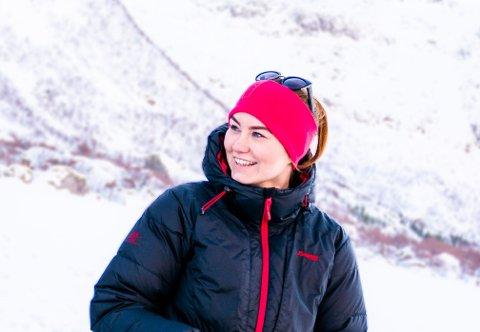 GIVENDE YRKE:  Det er veldig givende å være lærer ved maritime fag på Leknes, synes Liss-Emma Elvenes. Hun lærer mye om både seg selv og andre. Her har hun tatt med elevene ut på isfiske i Flakstad, tidligere i vinter.