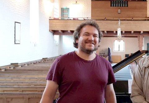 Kantor Terje Brun er glad for at både private, lag og foreninger og lokalt næringsliv bidrar til innsamlingsaksjonen for nytt orgel i Svolvær kirke. Arkivfoto