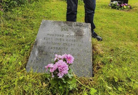 Hva var Fjodors skjebne?: Jan Vik på kirkegården på Voll der Fjodor Mukovoz har gravstein.Foto: Privat