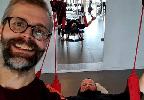 Fysioterapeut Bjørn Ø. Bendiksen og pasient Ivan Myklebust (på benken) er glade for at Pedal treningssenter nå er åpent etter fem ukers koronastenging.