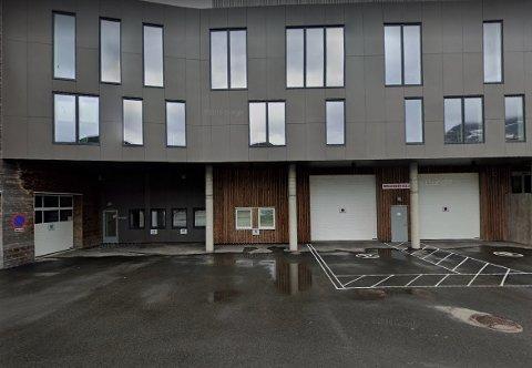 Brannberedskapen i Moskenes er konsentrert her på Sørvågen. Nå skal kommunestyret ta stilling til salg av den gamle brannstasjonen på Reine.
