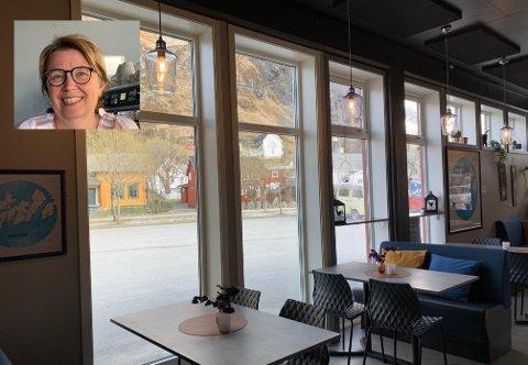 To nye vinduer gjorde susen for Café Lille Martine. Innfelt: Marit Kristin Refsvik Johansen, som driver kaféen.