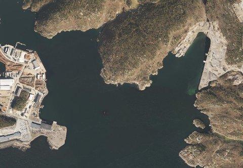 TØMMERHAVN: Strømsvika tømmerhavn i mandal. Til venstre trafikkhavna på Gismerøya.